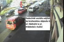 Vozidlo červené barvy, které policisté hledají.