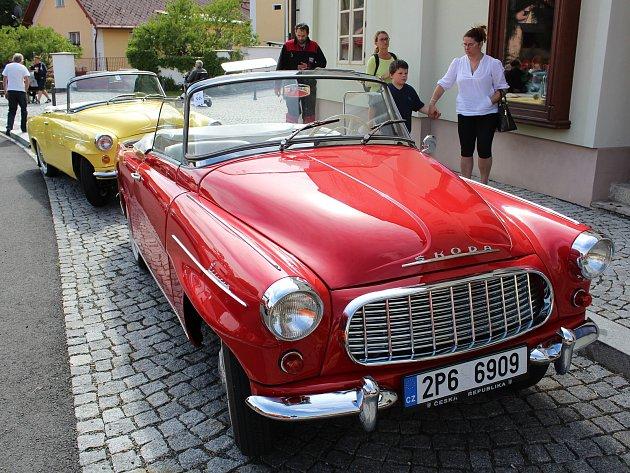 Historické vozy na náměstí v Chudenicích