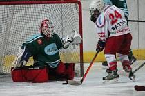 Žákovská liga mladších žáků: HC Klatovy (v bílém) - HC Milevsko 5:2.