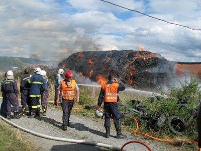 Požár balíků slámy u Dolní Lukavice