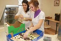 Studentky Střední školy Horažďovice připravují výrobky pro zákazníky v učňovské prodejně.