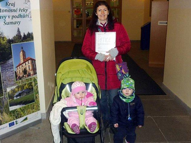 Zuzana Hrabá, která má čtyři malé děti, petici sepsala, starala se o věci kolem ní a po ukončení podepisování vše spočítala a odnesla ji na Městský úřad v Sušici.