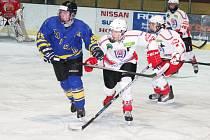 Dorostenci HC Klatovy (bílé dresy) těsně prohráli s Jindřichovým Hradcem.