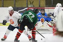 Tomahawk (na archivním snímku hráči v zelených dresech) v prvním kole nového ročníku Šumavské ligy amatérského hokeje prohrál 3:5.