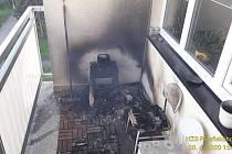 Požár na balkoně bytového domu v Sušici.