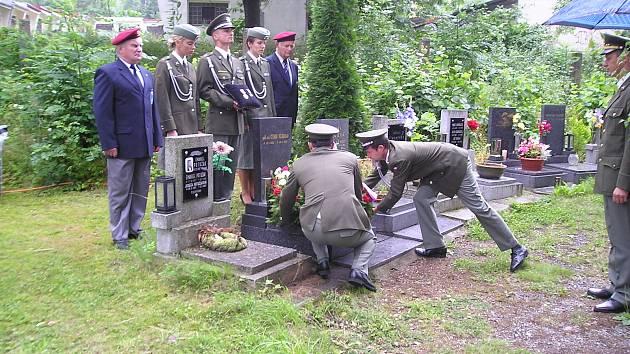 Setkání vojáků u hrobu Ctibora Bělohrada v roce 2005.