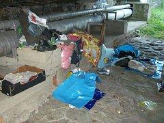 V těchto podmínkách žili bezdomovci v Klatovech pod mostem