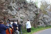 Spolek Mouřenec společně se spisovatelem a patriotem Šumavy Emilem Kintzlem uspořádali u mostu v Anníně  slavnostní žehnání obnoveného kříže na skále.