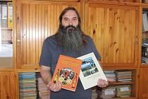 Starosta Petr Klásek s knihami.