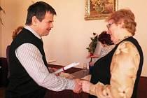 Milada Stulíková převzala  titulu Čtenář roku 2011 z rukou starosty města Horažďovice Karla Zrůbka.