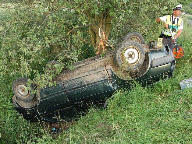 Policisté vyšetřují nehodu 16letého mladíka.
