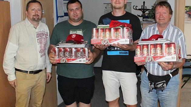 Šéfredaktor Klatovského deníku Milan Kilián (vlevo) s výherci Fortuna Tip ligy. Zprava jsou třetí Václav Paleček, vítězný Jan Voráč a druhý Jiří Presl.