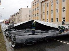 Silný vítr odnesl střechu domu v Plánické ulici v Klatovech.