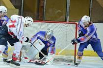 Liga juniorů: HC Klatovy (v bílém) - HC Klášterec n/O 1:7.