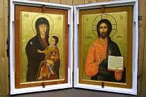 Ikony, které kašperskohorským farníkům posvětil ve Vatikánu papež František.