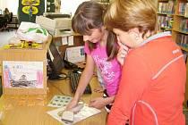 Děti se mohou stát knihovníky v Klatovech a Horažďovicích i letos. Na snímku Hana Petelová a Lucie Novotná (vzadu).