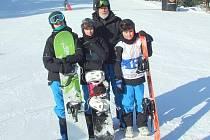 Medaile přivezly ze zimní olympiády dětí a mládeže snowboardistky Petra Vidláková (vlevo) a Gabriela Krůsová (uprostřed). Vpravo na snímku je další účastník výpravy Václav Valečka, vzadu trenér Jaroslav Frič.