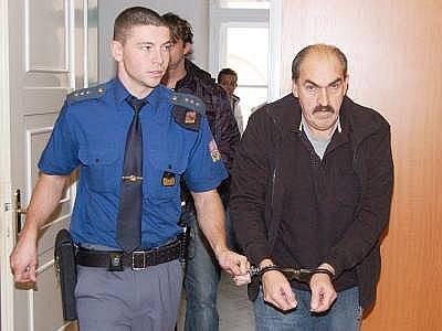 Eskorta  přivádí Josefa Rötzera ke klatovskému soudu. Po vynesení rozsudku byl propuštěn z vazby.