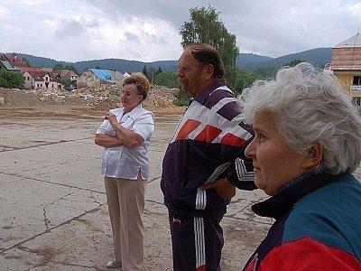 Obyvatelé kKašperských Hor před hromadou sutin.