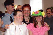 Ředitelka Kateřina Šimková s klienty bystřického ústavu