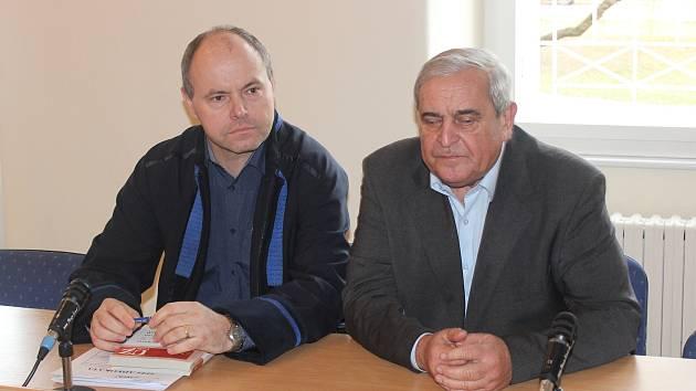 Farmář Václav Bílek se svým advokátem Rostislavem Netrvalem (vlevo) u klatovského soudu.