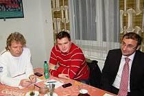 O situaci v klatovském fotbalu  diskutovali mimo jiné (zleva) předseda TJ Klatovy Dušan Popelka, zástupce mužů Adam Popelka a za mládež Jindřich Sojka.