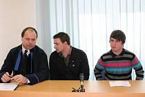 Obžalovaní Václav Boublík (vpravo) a Jiří  Miškovič se před začátkem líčení radí se svým advokátem Rostislavem Netrvalem.