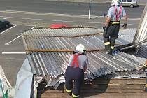 Vítr utrhl střechu na klatovské firmě Agrowest.