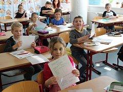 Rozdávání pololetního vysvědčení ve 2. B na Základní škole Plánická ulice Klatovy.