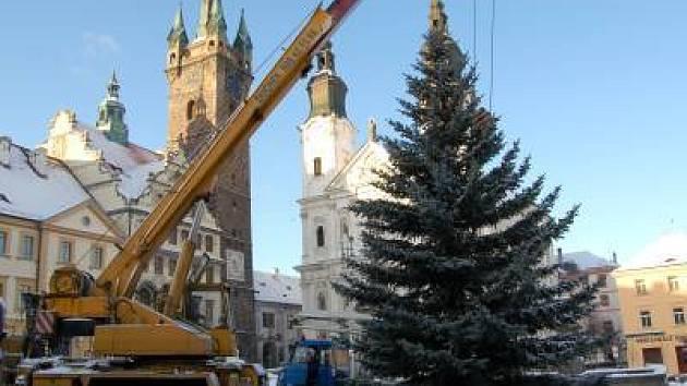 Takto vypadalo stavění vánočního stromu v Klatovech v roce 2007