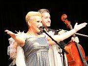 Sto let republiky oslavili v Klatovech písňovým recitálem Dagmar Peckové a tamního rodáka Jana Kučery, které doprovodil na violoncello Vít Petrášek.