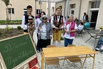 Vysvědčení v domově pro seniory v Janovicích nad Úhlavou.