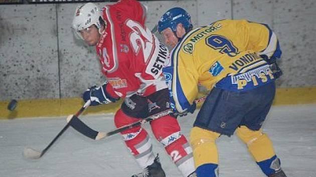 Hokejisté Klatov podlehli ve čtvrtém utkání úvodní série vyřazovacích druholigových bojů Písku 2:4 a sezona tak pro ně skončila. V akci je klatovský útočník a autor druhého gólu Jan Setikovský s píseckým Jiřím Vondřichem.