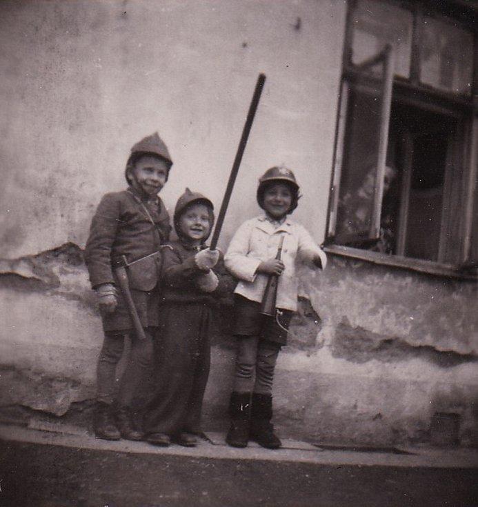 Děti v poválečném Nýrsku (Johann se sekerkou).