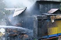 Požár včelích úlů v lese u obce Liščí.