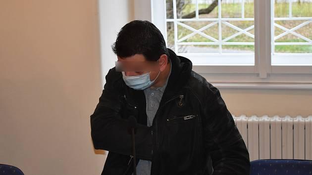 Tomáš K., obžalovaný z týrání osoby žijící ve společném obydlí, u klatovského soudu.