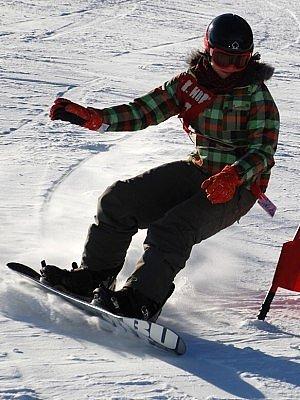 Kategorii mladších dívek při snowboardových závodech v Kašperských Horách kralovala reprezentantka železnorudského Ski klubu Anna Vlčková.  Ta na náročné asi 450 metrů dlouhé trati s dvanácti brankami   na Lišáku  zajela vůbec nejlepší časy.