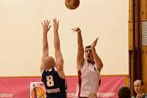 2. liga mužů: BK Klatovy (v bílém) - BK Beroun 70:59.