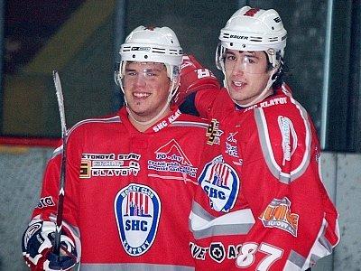 Z třetího, velmi důležitého  gólu v síti Roudnice nad Labem se raduje jeho autor, klatovský útočník Jakub Dorňák (vpravo) a jeho spoluhráč Tomáš Ceperko, který mu na branku namazal.