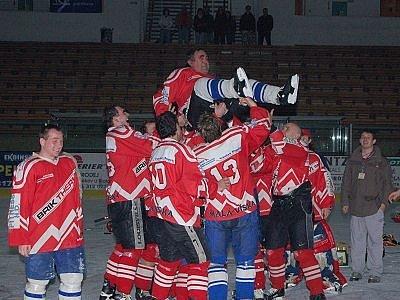 Nad hlavy spoluhráčů létá nejstarší účastník týmu 59letý Josef Červený, autor 10. gólu za Malou Vísku.