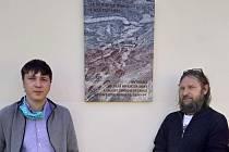 Jaroslav Šindelář se synem při odhalení desky.