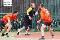 Házenkáři TJ Vřeskovice A (v oranžovém) porazili v sobotu na domácím hřišti Nezvěstice B 19:17.