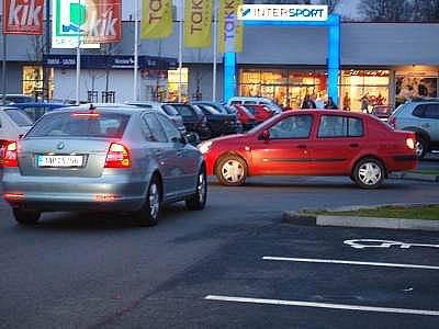 """Stříbrný vůz přijíždí ke klatovskému Tescu rovně od """"kruháče"""", červený vůz přijíždí z jednoho z bočních parkovišť. Kdo má přednost? Správně odpověděli ti, co tipovali červený vůz, platí tu totiž přednost zprava. Oba řidiči tedy jeli podle vyhlášky"""