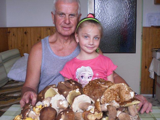 Petr Brabec z Točníku u Klatov s vnučkou Sárinkou a houbařským úlovkem.