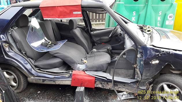 Střet dvou vozů v Sušici a srážka auta s motocyklem v Klatovech.