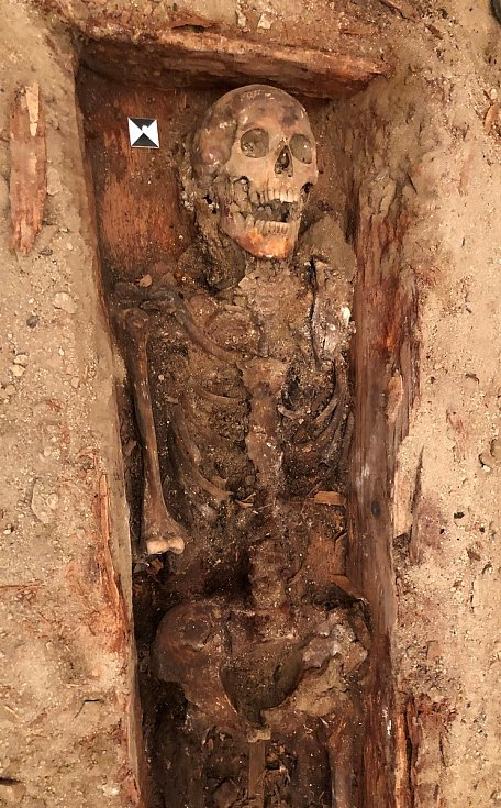 Nalezená kostra člověka v klatovských katakombách.