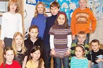 Maryam Amina Koucha (stojící uprostřed v hnědém), které všichni neřeknou jinak než Maruška, se svými spolužáky ze třídy 4.A Základní školy Klatovy, Čapkova ulice.