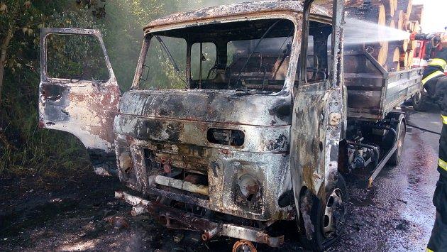 Požár avie se dřevem uHartmanic.