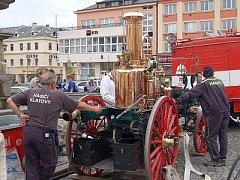 Na Dni s Deníkem v Klatovech představili klatovští hasiči parní stříkačku.