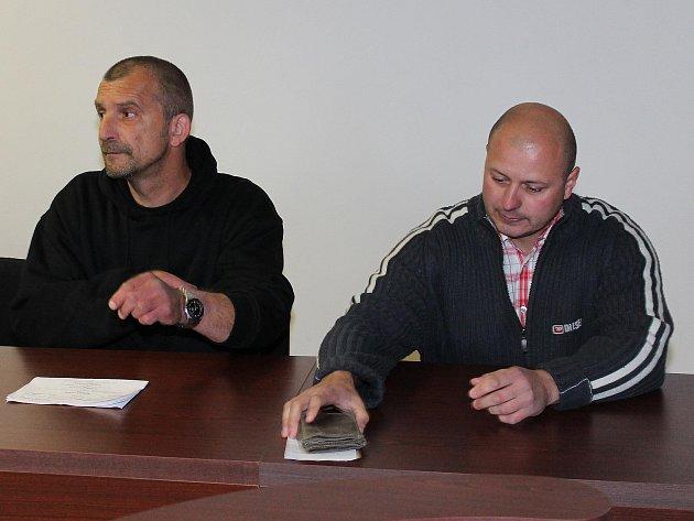 Obžalovaní Faust (vlevo) a Pelíšek u klatovského soudu